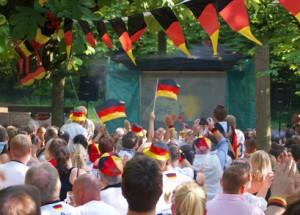 Viele Fußballfans feuern Deutschland an