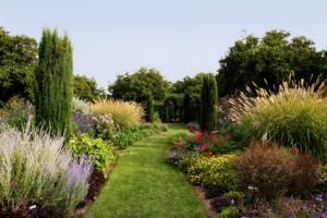 Weg durch einen schönen Garten