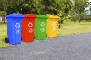 Vier unterschiedlich farbene Mülltonnen