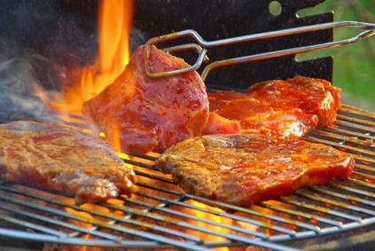 Grillfleisch auf einem Holzkohlegrill