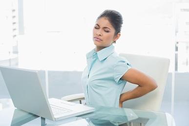 Büroangestellte leiden an Rückenschmerzen