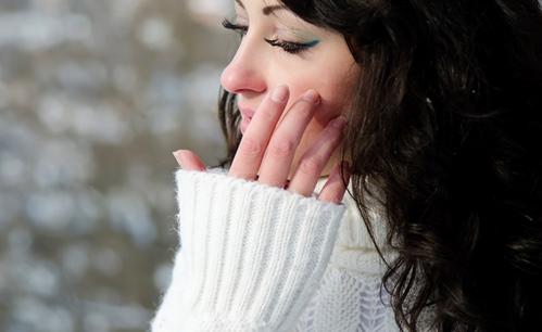 Inhalt des Artikels sind Pflegetipps für die Haut im Winter.