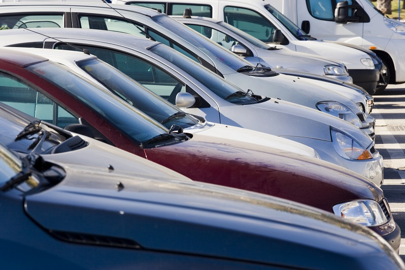 Reihe geparkter Autos