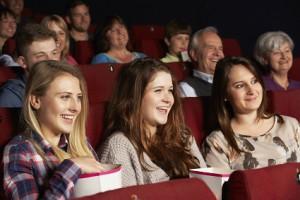 Junge Frauen lachen im Kino