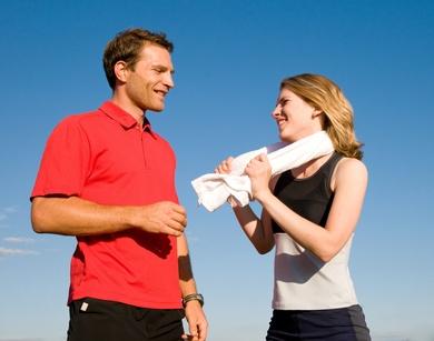 Mann und Frau während des Sports im Sommer